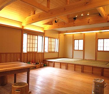 床も天井も全て低温乾燥の木で造られた家