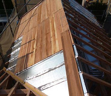 屋根の野地板に愛工房で乾燥させた木を敷く