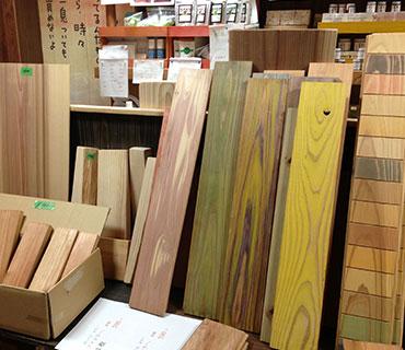 低温乾燥させた木材の数々