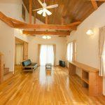 リビングは天井高が4m以上あり、視覚的に広さが1.5倍以上感じる効果があります。