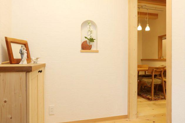シンプルでコンパクトな玄関ですが、経年と共に味わいが出てくる玄関です。