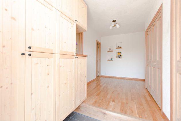 玄関の靴箱収納や玄関収納の扉も全て無垢材を使用していますので調湿効果がありカビや湿気が発生しにくいのです。