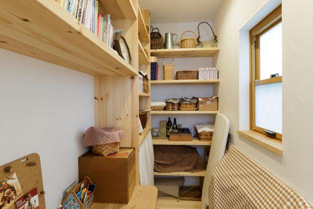キッチン裏のパントリーは奥様が家計簿をつけたり本を読んだりするのに使っている安らぎの空間です。