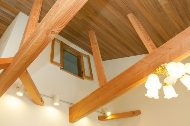 2階の部屋に開けた窓が1階と2階のコミュニケーションをとる窓です。天然アロマオイルのような香りがします。