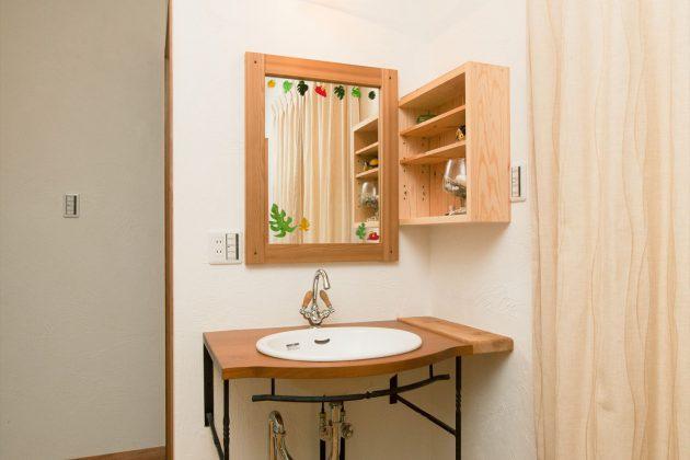 アイアンと無垢材で作った手洗い場はシンプルで飽きのこないデザインにしました。