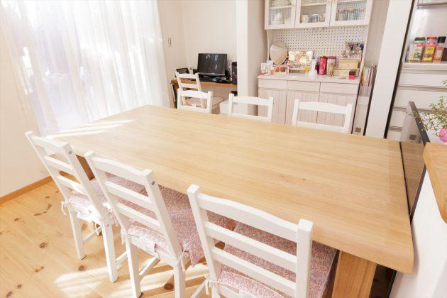 無塗装の無垢のテーブルに白で塗装したイスと食器棚がアクセントとなっています。
