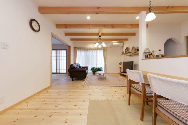 シンプルだけれども飽きのこない無垢と漆喰だけの家