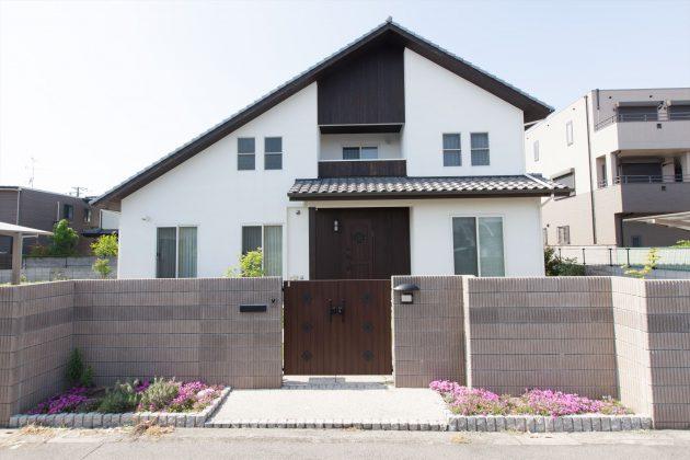 切妻屋根の形状に合わせて家の中は勾配天井になっています。