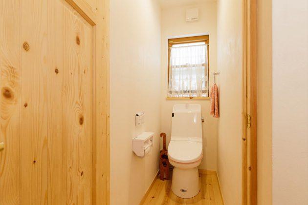 無垢の木と漆喰だけで作ったトイレは消臭剤や芳香剤は一切必要ありません。