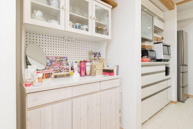無垢で作った食器棚。既製品ですがこのお家にピッタリ合っています。