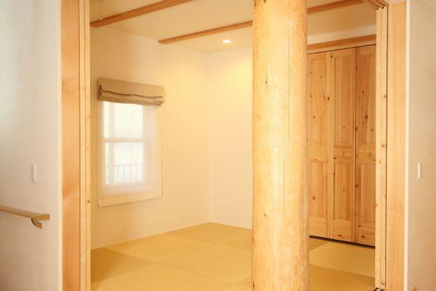 和室を含めて22帖のくつろぎスペース。レッドシダーの大黒柱の壁掛け時計がアクセント