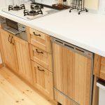 オリジナルパイン製キッチン。人工大理石のカウンターは掃除のしやすいシンク一体型
