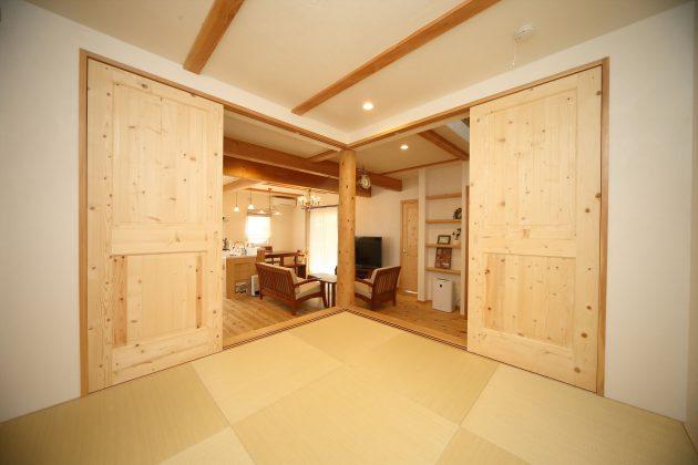 縁無し半帖畳の4帖半小上がりスペース。建具で仕切れば客間に。