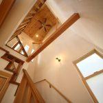 室内空間を立体的につなぐシーリングファンのある階段スペース。