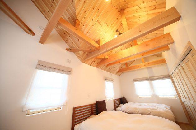 小屋梁なのでとても開放感のある寝室です