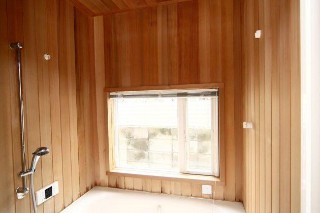 壁にはレッドシダーを使用していますので、お風呂につかりながらレッドシダーの香りで一日の疲れもとれますね