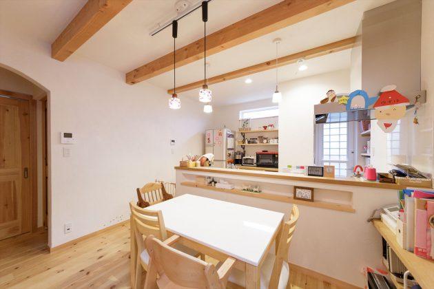 オープンキッチンにもニッチを付けているので写真やインテリアで装飾できます