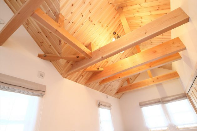 連続する小屋梁のある主寝室は9.5帖で約2帖のクローゼット付き