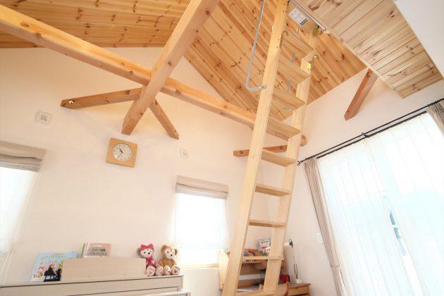 ロフトのある2階子供室は屋根なりの勾配天井で解放感抜群