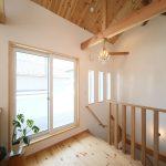 勾配天井の2階階段ホール。仕上げは天井、壁ともにパイン材。