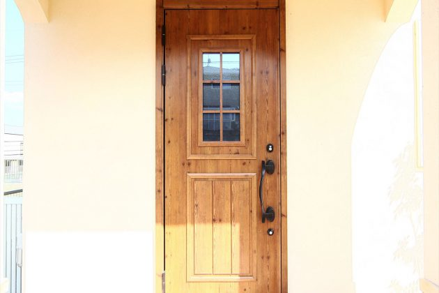 アール垂れ壁の玄関ポーチが家族や訪れる人をやさしく迎えます。