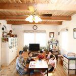 和気あいあいの団欒スペース。天井には連続する化粧梁と杉板仕上げ。