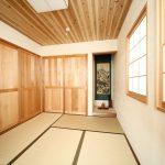 2階和室。天井は杉板。床框はレッドシダー