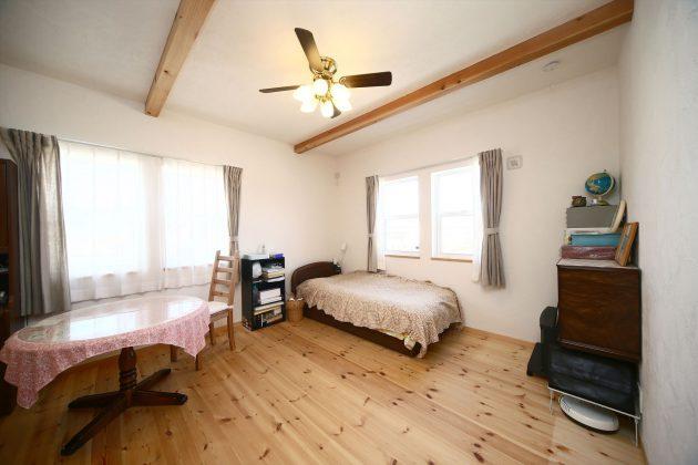 シーリングファンのある2階主寝室は北と東の穏やかな光を取り入れます。