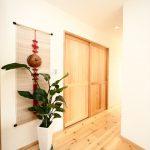 2階階段ホールに緑を置き、ゆったりとした雰囲気を醸し出します。