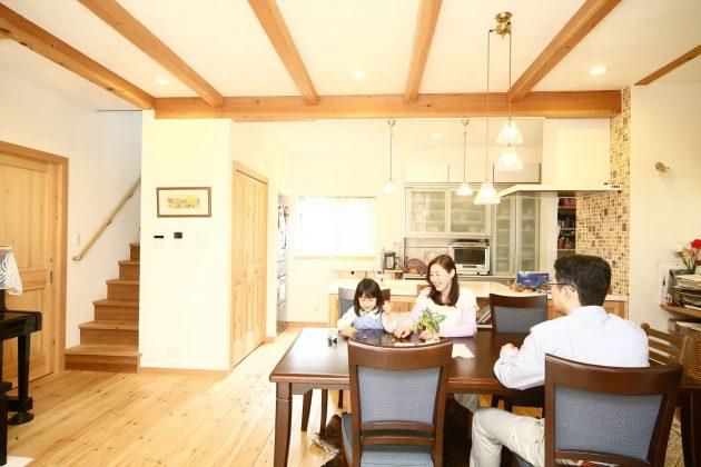 家族の笑顔が溢れるリビング。1階は廊下を設けず、リビングを通じて各部屋に
