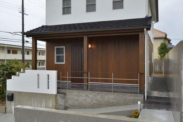正面から観たアングル。外観に貼ったレッドシダーが高級感を演出しています。シンプルな和風テイストの家。