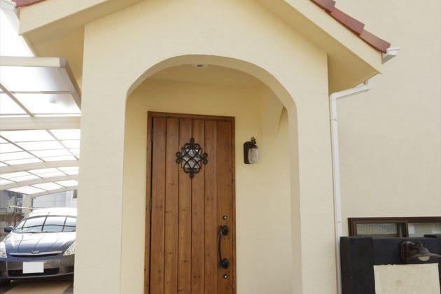 アール垂れの玄関がやさしく迎え入れてくれます。