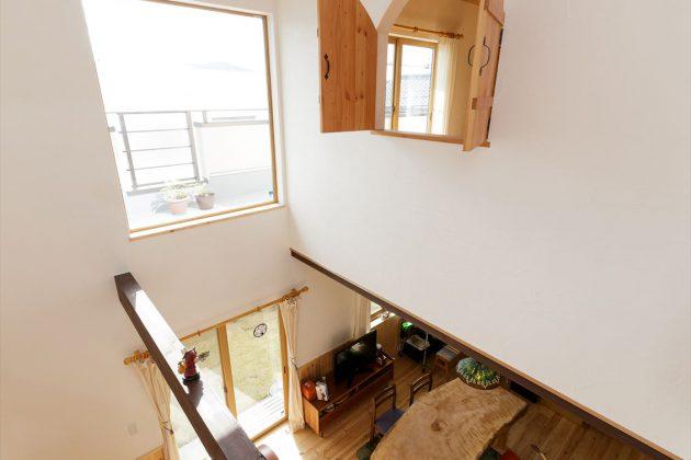 2階階段からのリビングの眺め