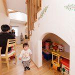 階段下にはアール壁で小さなお部屋のよう♪お子様もワクワクしますね(*^_^*)