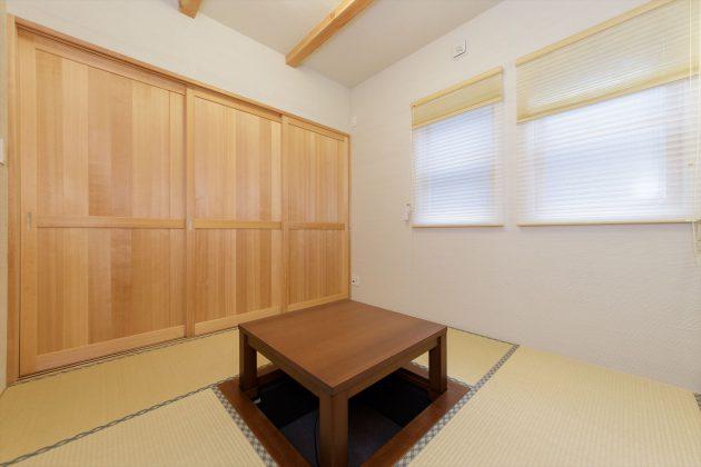 1階和室には掘りごたつ。リビングとの仕切りを開けると広々利用することもできます。
