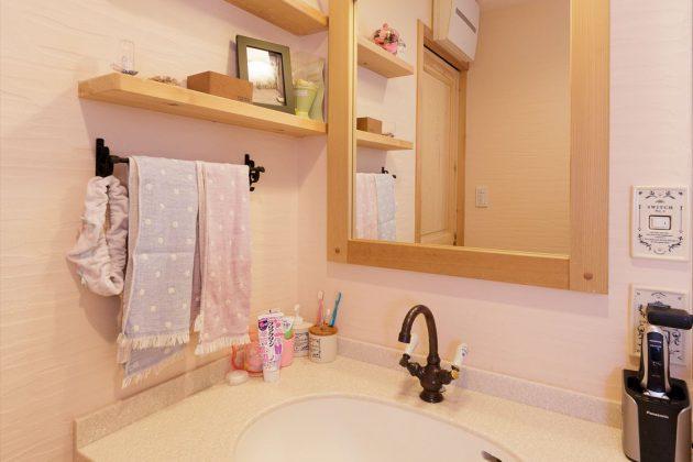 洗面台横の飾り棚もかわいらしくコーディネートされてます。(*^_^*)