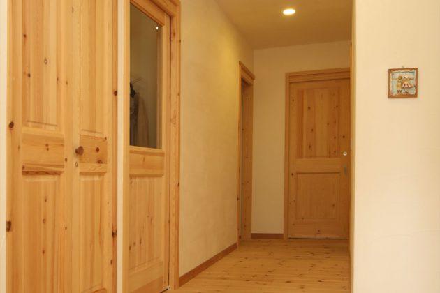 玄関を一歩入ると無垢の心地よい香りと温かみを感じます
