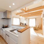 キッチンから見たリビングは陽射しが良く入り明るいです。 全体に床材は愛工房を使用しております。
