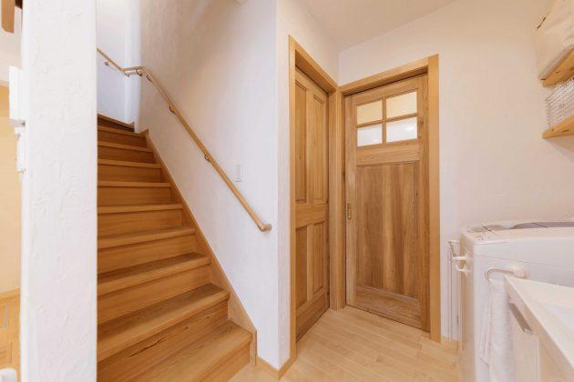 開放的な洗面所と繋がる階段ですが、凄く自然な空間です。