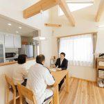 キッチンの天井高さからも分かりますように高い吹き抜けで、屋根裏にも100mmのセルロースファイバーを充填しております。