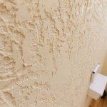 トイレの漆喰壁のデザインはこの様に塗ることで表面積が増えてより一層消臭効果が期待できるのだそうです。