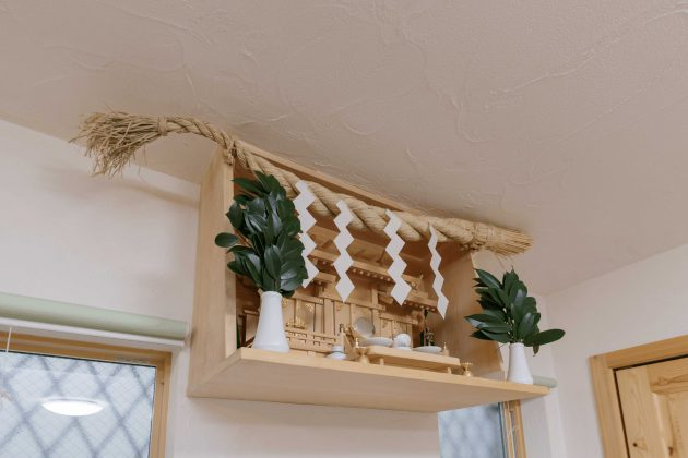 リビングには神棚を大工さん手造りの作り付けをされています。