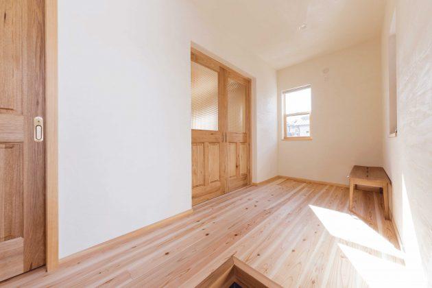 道場側玄関の待合室として作られました。 広いホールの床材は全て45℃低温乾燥の愛工房です。待ち時間でも快適ですね。
