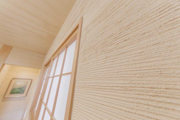 和室の漆喰壁は櫛引きで光の入る方向を考えて、デザイナーさんのアドバイスで立体感が強調されました。