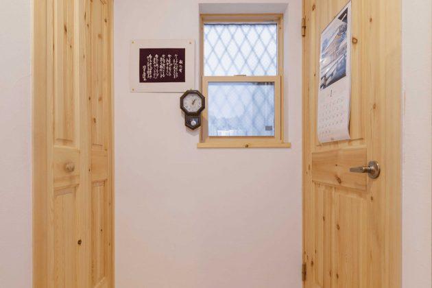 廊下の床材、物置、扉も全て無垢材を使用しております。