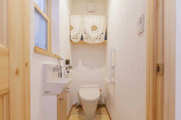 トイレにはミニ洗面台と手摺りを備えました。