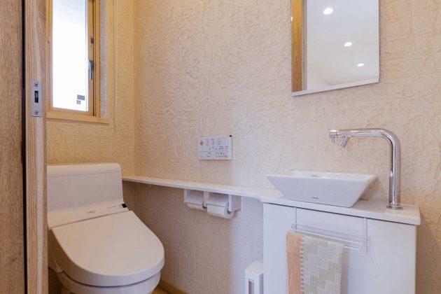 トイレはミニ洗面台を設置しています。