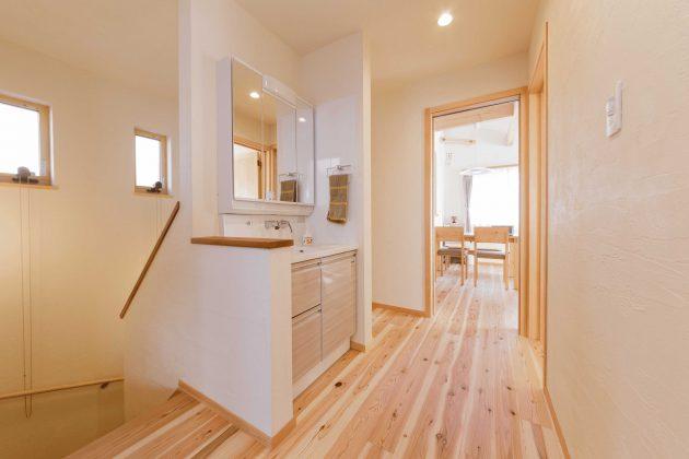 2階廊下は広くて明るい空間となっていて、洗面所が設置されています。