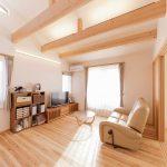 2階を居住空間とされて作られたリビングです。 陽射しがよく入り、とても明るいリビングとなっております。
