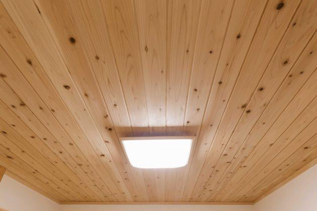 和室天井には精神的にも落ち着く効果のある45℃低温乾燥材で愛工房の杉板を使用しています。
